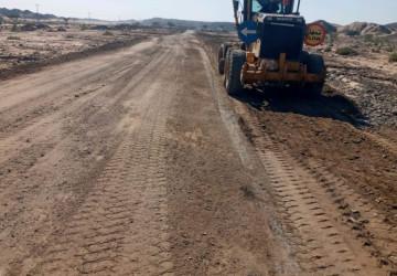 فرع وزارة النقل بأملج يباشر صيانة الطرق بعد الأمطار