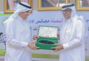 رئيس الأتحادين السعودي والعربي للكاراتيه يمنح الجويسم الحزام الأسود الفخري للمره الثانيه