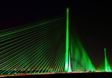 تزامناً مع اليوم الوطني الـ 91.. وزارة النقل والخدمات اللوجستية تضيء الجسر المعلق باللون الأخضر