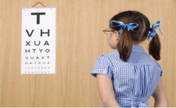 كيف تعرف أن طفلك يعاني من قصر أو طول النظر؟