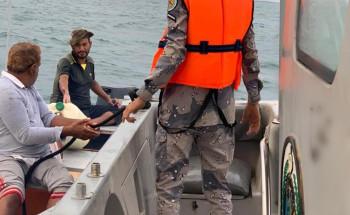 حرس الحدود بمنطقة جازان ينقذ ثلاثة مواطنين تعطل قاربهم بعرض البحر
