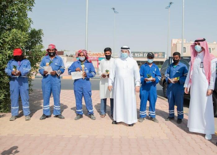 أمانة منطقة الجوف تعايد عمال النظافة بالميدان وتقدم لهم الورود والهدايا