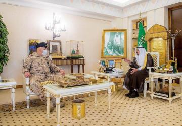 """سمو """"أمير القصيم"""" يلتقي نائب رئيس الجهاز العسكري بوزارة الحرس الوطني"""