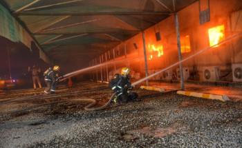 تباشر فرق الدفاع المدني بمحافظة جدة حادث حريق في عدد من البركسات بساحة قطار الحرمين