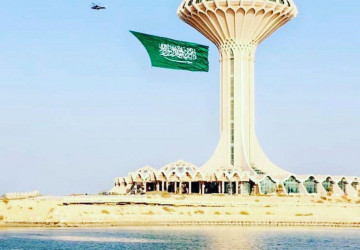 """حاملة أضخم علم سعودي يحلق في سماء المملكة : شركة الطائرات المروحية THC تختتم عروضها في""""همة الـ 90″"""