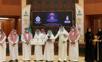 """""""رئيس جامعة الملك عبدالعزيز"""" يكرم المميزين"""