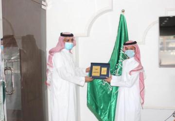 """مدير تعليم تبوك يكرم الطالب """"محمد الحويطي"""""""