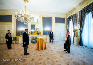 سفير خادم الحرمين الشريفين لدى هولندا يقدم أوراق اعتماده سفيراً فوق العادة ومفوضاً لخادم الحرمين الشريفين لملك هولندا