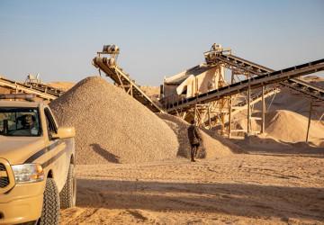 القوات الخاصة للأمن البيئي تضبط عدداً من مخالفي نهل الرمال وتجريف التربة بمنطقة الرياض