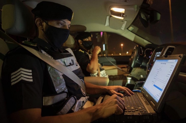 القبض على صاحب المقطع يظهر في فيديو يتحرش بطفلة وبحيازته المسكر