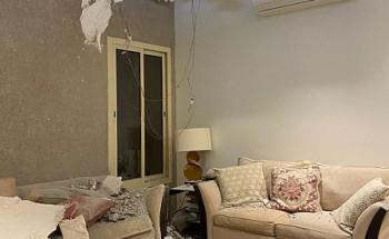شاهد …صور من منزل مواطن بالرياض لآثار انتشار شظايا اعتراض صاروخ بالستي أطلقته مليشيا الحوثية الإرهابية