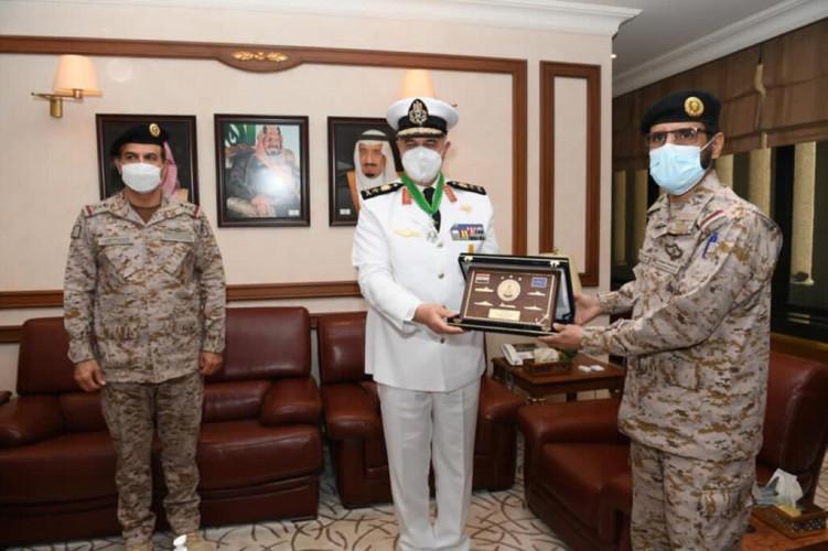 نائب رئيس هيئة الأركان العامة قائد القوات المشتركة المكلف يلتقي قائد القوات البحرية المصرية