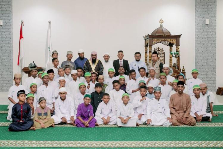 """""""الشؤون الإسلامية"""" تواصل توزيع السلات الغذائية على 34 محافظة بجمهورية إندونيسيا ضمن برنامج خادم الحرمين لتفطير الصائمين"""