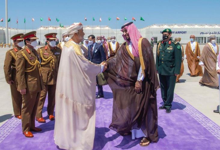 #سلطان_عُمان يغادر المملكة وولي العهد في وداعه